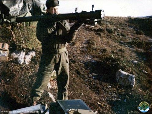 La Ayuda del Peru a la Argentina Infante-de-marina-argentino-con-sa-7-strela-2