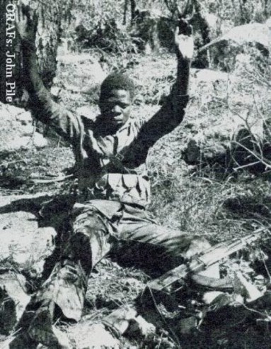 guérilléros du ZANLA (Zimbabwe African National Liberation Army) Prisionero-guerrilla-rhodesia