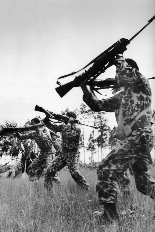BRIGADAS del 2506 siendo adiestradas antes de intervenir en Cuba.