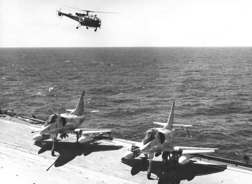 Duglas A4-Q Skyhawk 3-A-205 Alouette en portaav25Mayo decad1970 F