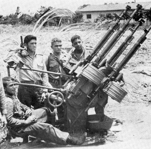 jovenes milicianos operando un cañon antiaéreo M53 playa giron.