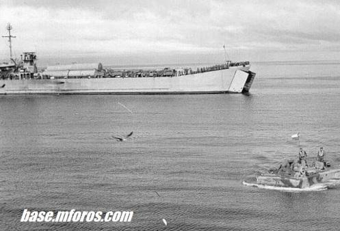 Barcaza LST Araya junto a una Vinchuca