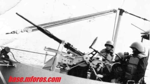 Ejercicio de tiro de 20 mms. abordo de barcaza Aguila