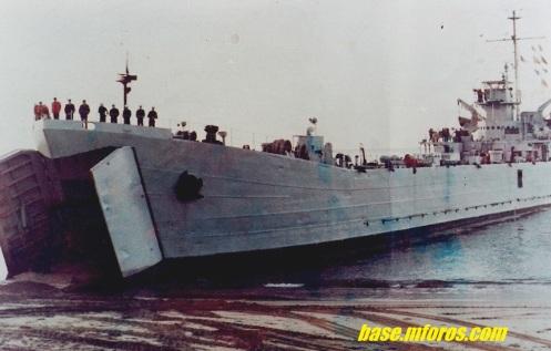 La LST-88,varada en la playa San Mateo de Valparaiso en 1980