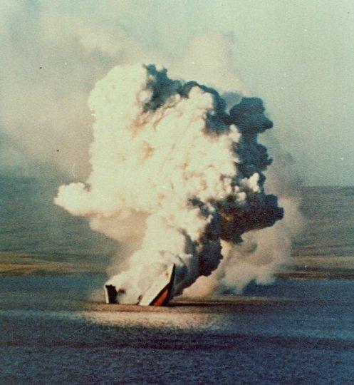 HMS Antelope se hunde