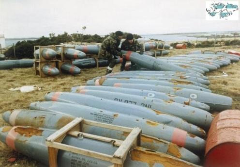 Bombas en la guerra de malvinas Malvinas-napalm-1