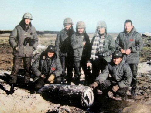 personal de gada 601 junto a una bomba malvinas 1982._5119995_n