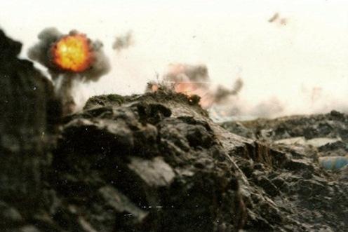 Bombas en la guerra de malvinas Ataque-1ro-de-mayo-puerto-argentino