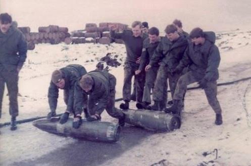 Bombas en la guerra de malvinas Bombas-250kg-bay-ayax