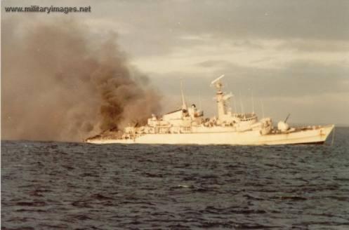 Bombas en la guerra de malvinas Falklands_war_hms_ardent_is_hit_-1