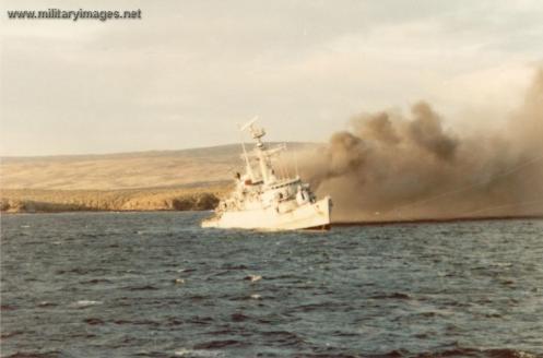 guerra de malvinas HMS_Ardent_is_hit_and