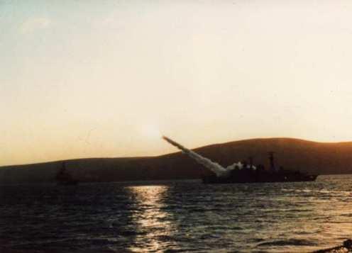 HMS 'Exeter' dispara un misil Sea Dart desde las aguas de San Carlos