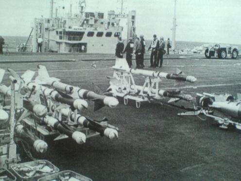 Missiles Sidewinder AIM-9L sur le pont du PA HMS Hermés.
