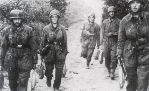 Grupo de Ingenieros Paracaidistas, transportan minas Teller camino del frente TMI42