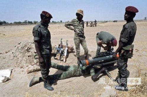Representado de oficiales franceses orientación soldados Chad aprenden a usar misiles antitanque Milán.