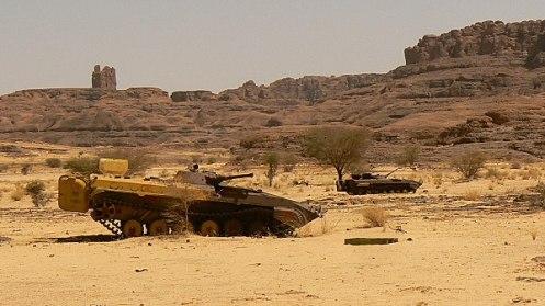 restos de vehiculos libios abandonados en el desierto de CHAD