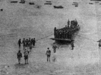 Desembarco de víveres y municiones el la playa del Aaiún.