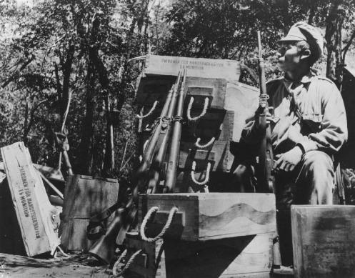 Soldado boliviano, con una reserva de Vz. 24s y municiones ddf