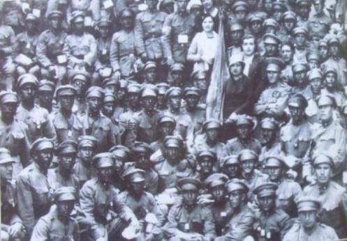 soldados y oficiales bolivianos -a punto de partir al chaco.