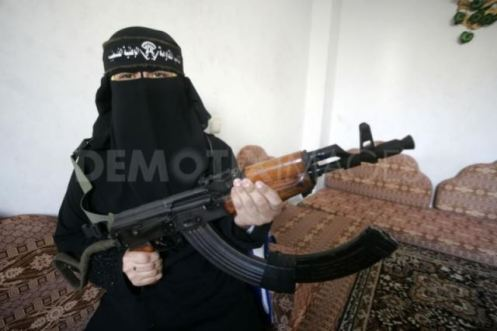 1258222140-a-woman-militant-in-the-democratic-front-for-the-liberation-of-palestine-dflp-in-southern-gaza-strip178835_178835
