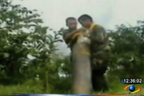 cargando un cilindro bomba FARC