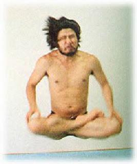 Shoko Asahara (levitando)