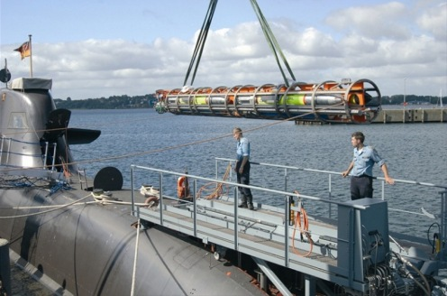 misil  IDAS siendo cargado en un submarino clase 212