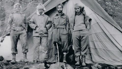 oficiales indios