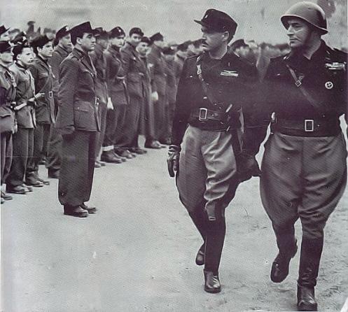 Alessandro_Pavolini_e_Vincenzo_Costa_passano_in_rassegna_gli_squadristi_delle_Brigate_bere_della_Resega_estate_1944