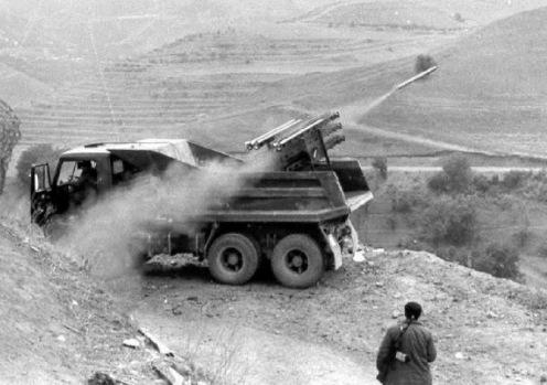 Alazan  MLRS de Azerbaiyán en la parte posterior de un  Kamaz