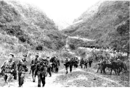 En la foto el día 28 por la mañana, los soldados comenzaron a marchar a Lang Son. Fotografía  Li Yongan