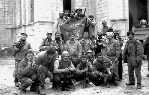 Los miembros de la armenia batallón Dashnak celebrar la captura de Shusha en frente de la Catedral de Ghazanchetsots.