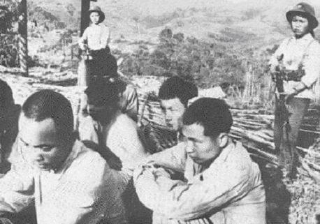 Mujeres soldados que vigilaban a los prisioneros