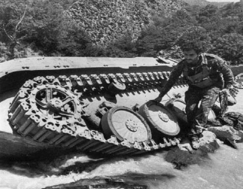 Un BMP armenio destruido cerca de un pueblo, 1992