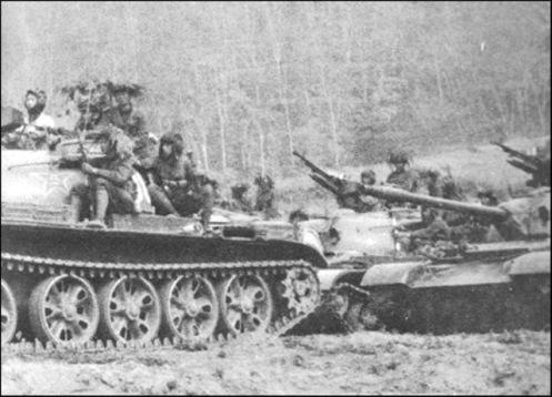 Cientos de tanques chinos cruzaron la montaña para atacar Cao Bang y Lang Son ddd