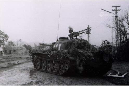 En la foto PLA Type 62 tanques entraron en la ciudad de Lang Son. Fotografía  Li Yongan d