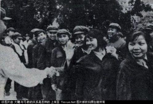 prisioneros se despiden de los medicos chinos
