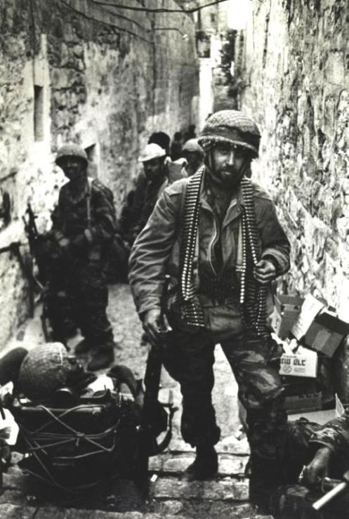 The Six Day War. An Israeli paratrooper near the Wailing Wall during the assault on Jerusalem. June 1967 tapa tal vz