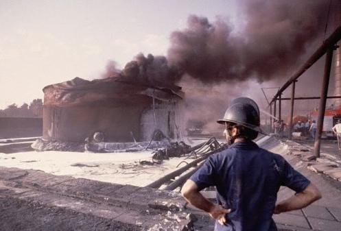 97-Firessmoulderinanelectricitygene Abadan oil refinery after Iraqi attack