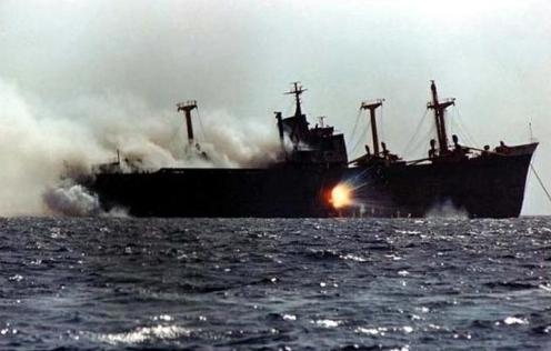 Cargo_Ship_under_attack_in_Tanker_war