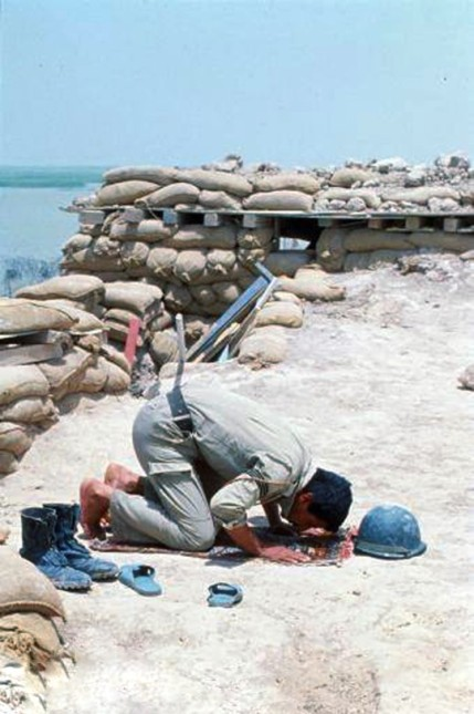 combatiente iraquí, durante la realización de la oración, en el frente de batalla,