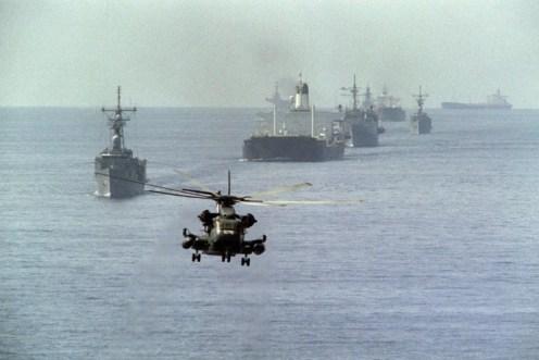 Un convoy de los petroleros de Kuwait, escoltado por la flota americana.