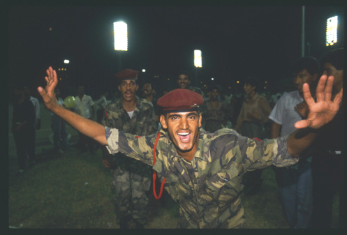 Un grupo de combatientes en las celebraciones del día de la victoria iraquí, la noche del 08081988