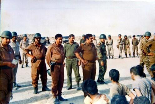 Un grupo de oficiales y combatientes iraquíes durante su inspección de prisioneros iraníes en frentes después de una de las batallas