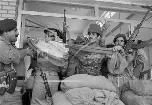 Un grupo de soldados iraquíes cortaron bandera iraní después de la oficina del gobernador de la ciudad de Khorramshahr en Irán