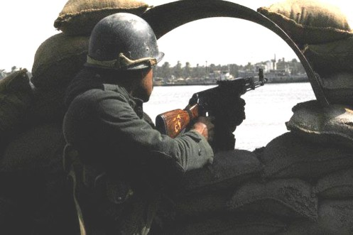 Un soldado iraquí de guardia en las orillas del Shatt al-Arab, (ABADAN)1987