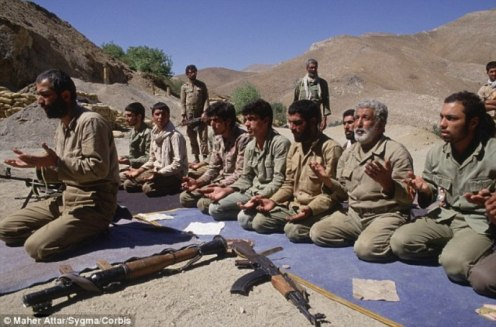 Iranian soldiers praying during operation Nasser VII, northwest of the Irano-Iraqi front in August 198