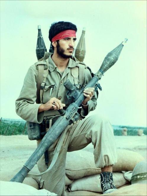 Soldado iraní posa con su RPG-7 en la cima de un búnker, durante la guerra entre Irán e Irak