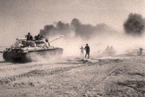 Tropas iraquíes cruzan el rio Karun-guerra IRAN-IRAK