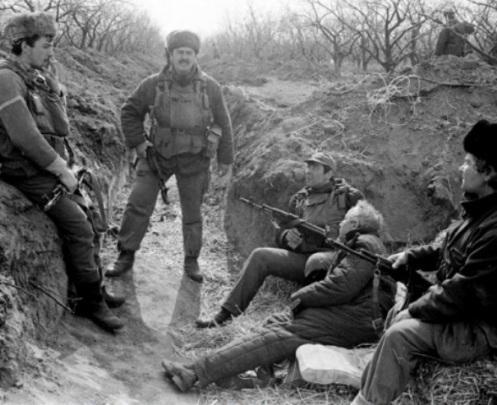 Soldados moldavos en la trincheras de Cosnita- Guerra de Transnistria 1992.